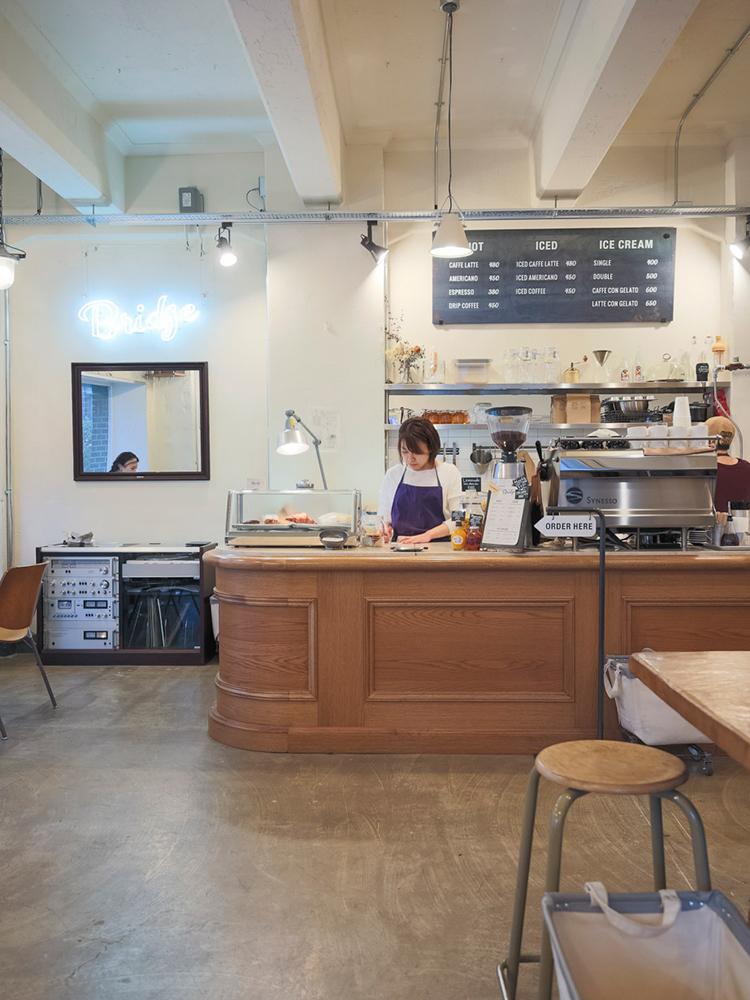 ヨーロッパのカフェをイメージしたという店内。近くの人気ベーカリー〈ビーバー・ブレッド〉のパンも置いている。