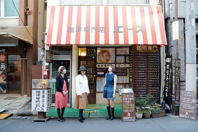 今回の会場に選ばれたのは1971年創業、名物「のりトースト」で知られる神田の〈珈琲専門店 エース〉。難波さんが大学生の頃より通い、マスターの清水さん兄弟を家族のように慕う店だ。手描きのメニューも2トーンのチェアもいい風情。