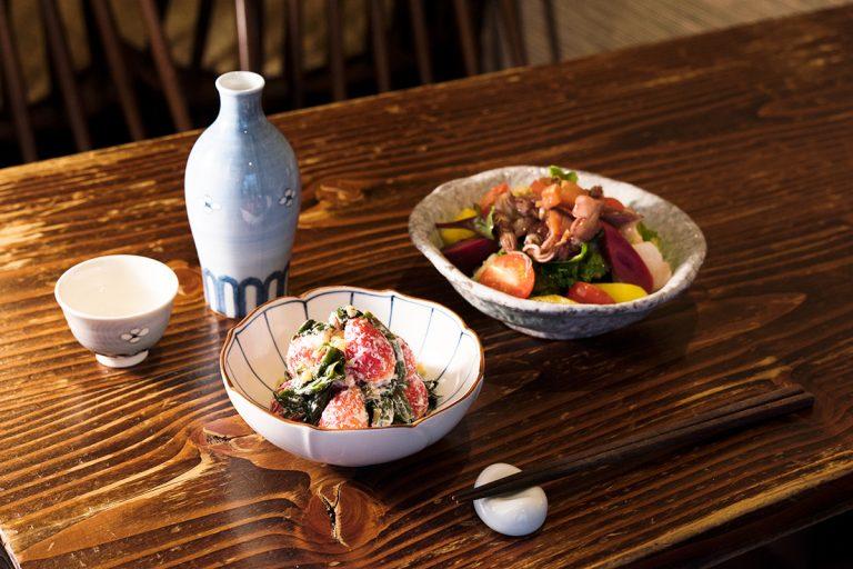 イチゴ、赤軸ホウレンソウ、キノコの白和え 790円など。日本酒は1合980円~。ひとり客は2/3合も可。このほか、おでんは大根 200円など(各税込)