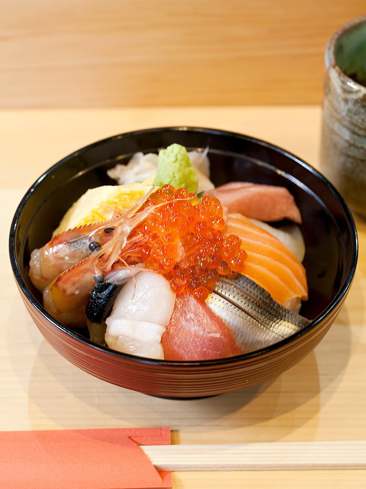見目麗しい「海鮮丼」は1,500円~。写真は「上海鮮丼」2,700円。