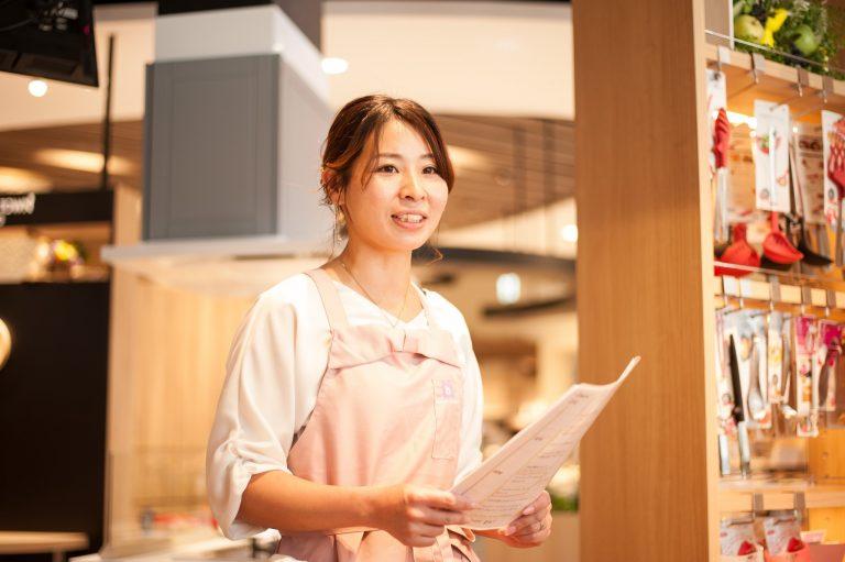 齋藤聡子さん。「30分で5品」をテーマに、さまざまな時短レシピを展開されています。