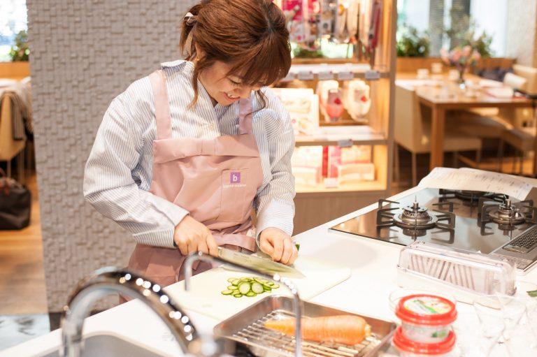 大西綾美さん。初心者のための料理教室「Cherie cooking salon」をおよそ半年前に開講。また、今回のレシピの一部、「人参ラペ」と「ひじきとおからのポテトサラダ風」は、大西さんが考案されました。