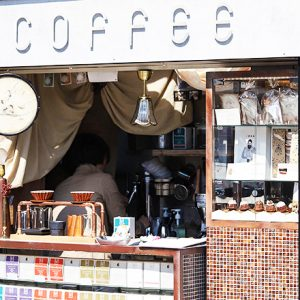 交差点角に現れた、タバコ屋のような一坪珈琲店〈MAMEBACO〉 へ。~カフェノハナシin KYOTO vol.40〜