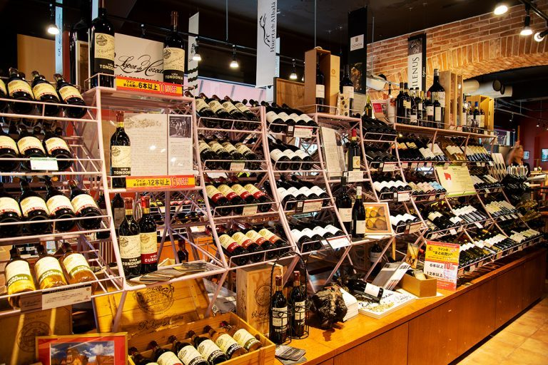 入口近くに、ワイン約300種をはじめ、チーズ、オリーブオイルなどスペイン産の食料品を販売。