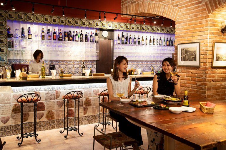 アンダルシアのタイルをあしらったカウンターやくすんだ錆色の壁が、スペインを彷彿とさせる。