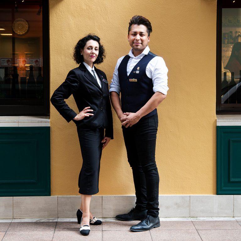 スタッフの二人。左から、ガリシア出身のヴァネッサ・ロドリゲスさん、ペルー出身のルイス・ガルシアさん。