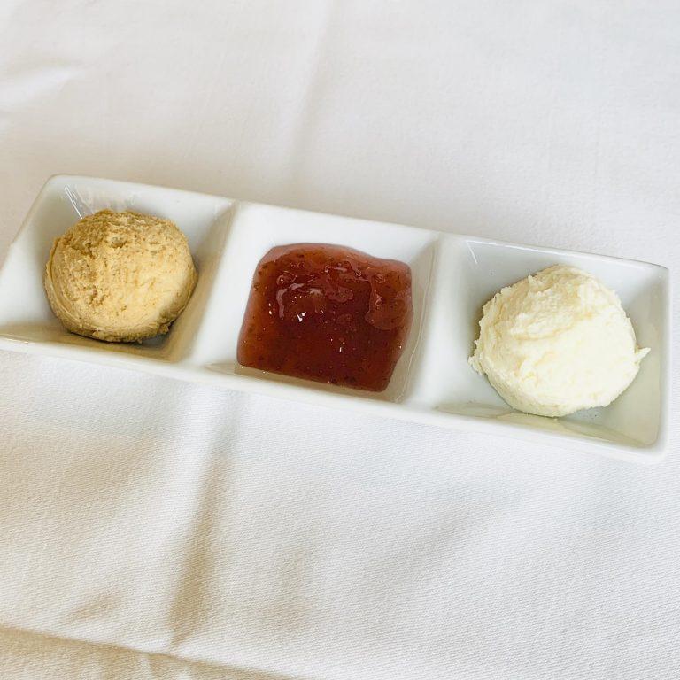 左から、たまり醤油とバルサミコ酢のクロテッドクリーム、ストロベリージャム、プレーンクロテッドクリーム。