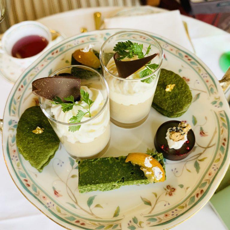 上段(デザート) 中央:焙じ茶プリン お米のリオレをのせて、両側:抹茶リーフのラムレーズンサンド、手前:玉露香るクランチバー 、右:京番茶のガナッシュ 胡麻のチュイール添え。