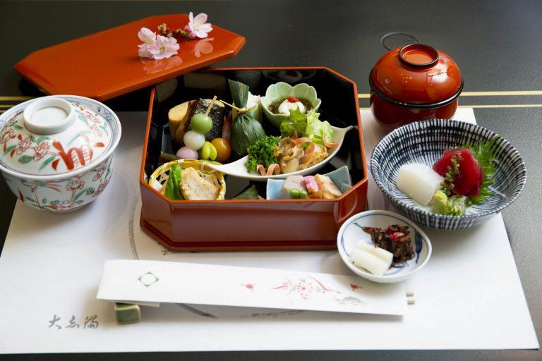 平日限定のお弁当「加賀」2,500円。