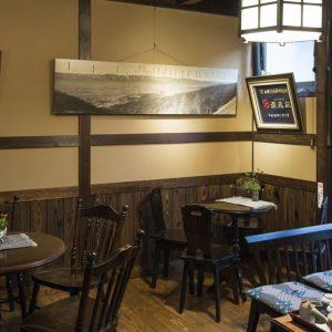 廊下やロビーには松本民芸家具などが置かれ、宿泊客同士もコミュニケーションができる空間になっている。