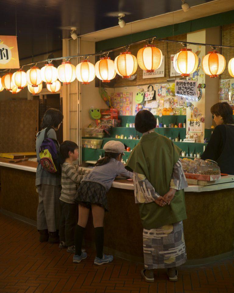 昭和の熱海の雰囲気を再現した〈アカオ横丁〉の射的場。