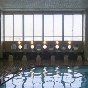 敷地内の源泉から引く天然温泉の大浴場。