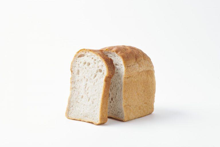 〈畑のコウボパン タロー屋〉の「すりつぶし苺酵母の食パン」