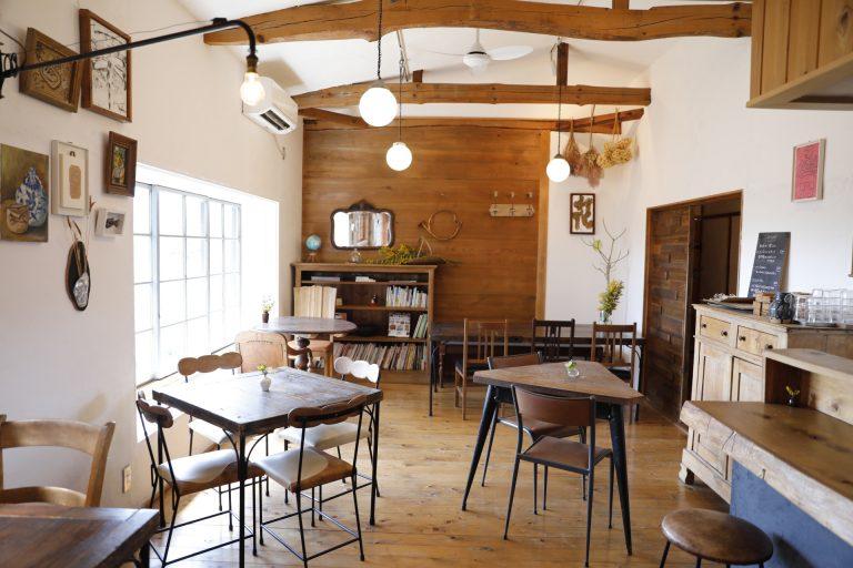 併設のカフェ〈蒔時〉。野花を飾り、益子焼でもてなす。地元産イチゴのスイーツも美味。