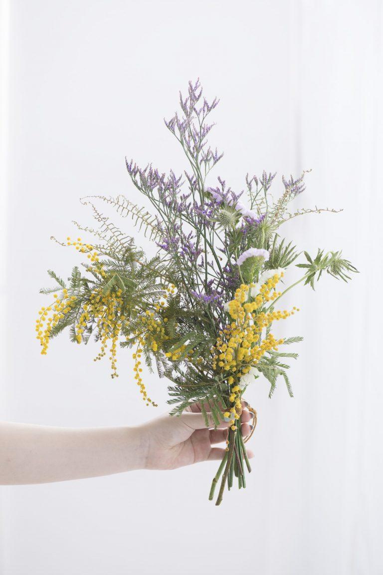 春らしく優しい色合いのスワッグの出来上がり。湿気のある場所を避けて飾るのが色味を長持ちさせるコツだそう。