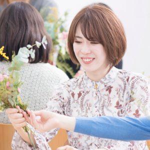フラワーアーティスト・前田有紀さんから教わる、春にぴったりのスワッグ作り体験!