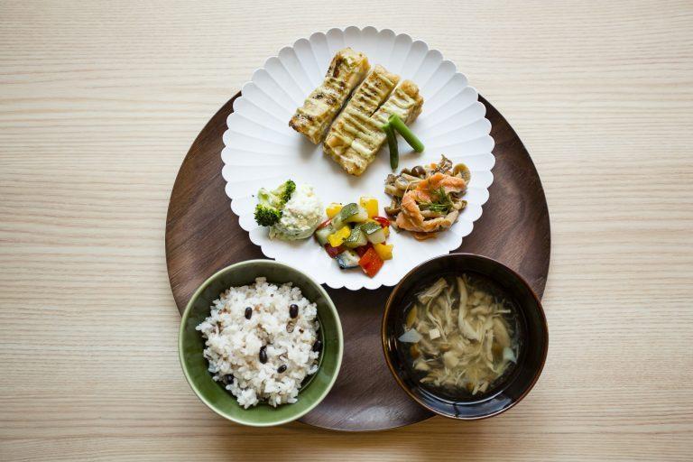 スープとご飯、デリ3つにメインも選べる「一汁三菜セット」980円。
