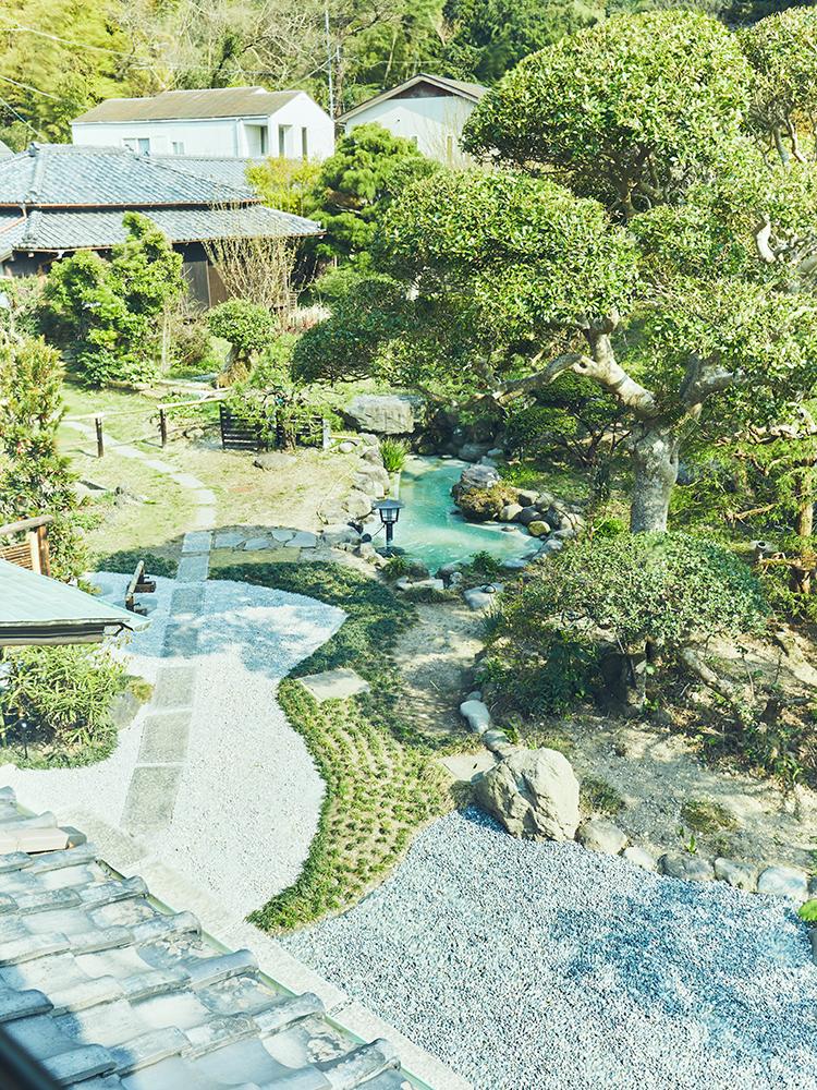 100坪の敷地には日本庭園が広がる。