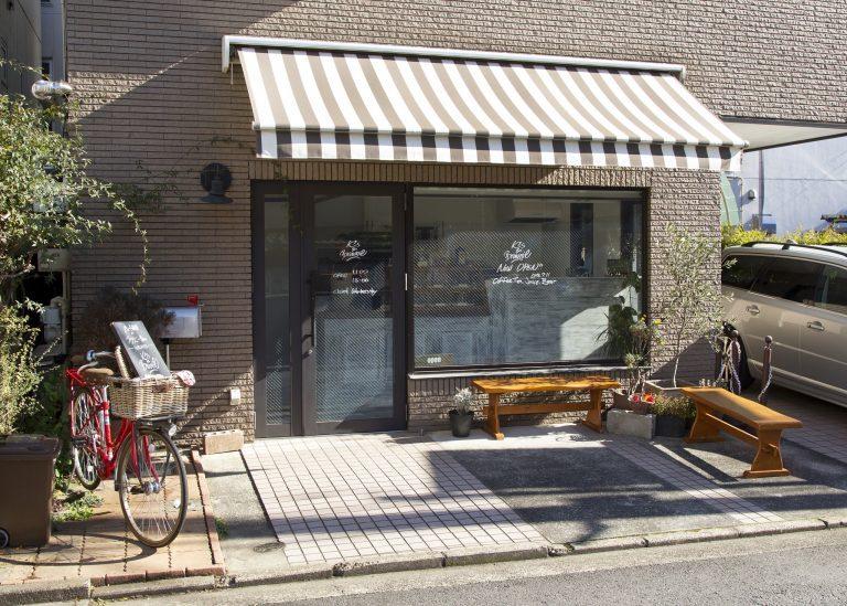 店先には相棒の赤い自転車が。イートインスペースもあり、コーヒーと一緒に味わうことも。