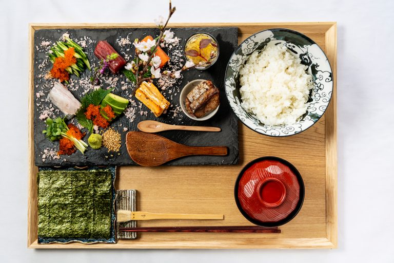 手巻き寿司。7種の具に2品の小鉢が付いたお昼の人気メニュー1,500円。食後にラーメン注文の場合は小サイズ700円も用意可。