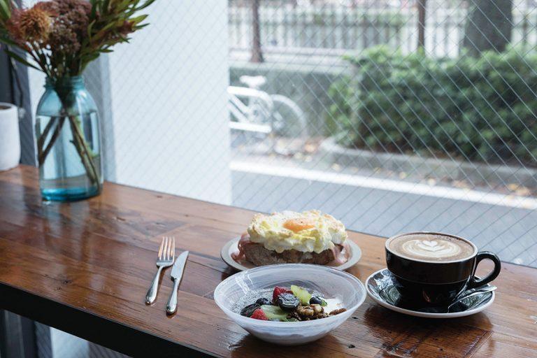 カフェのカウンターは眺望抜群。朝は外国人ビジネスマンの姿も。