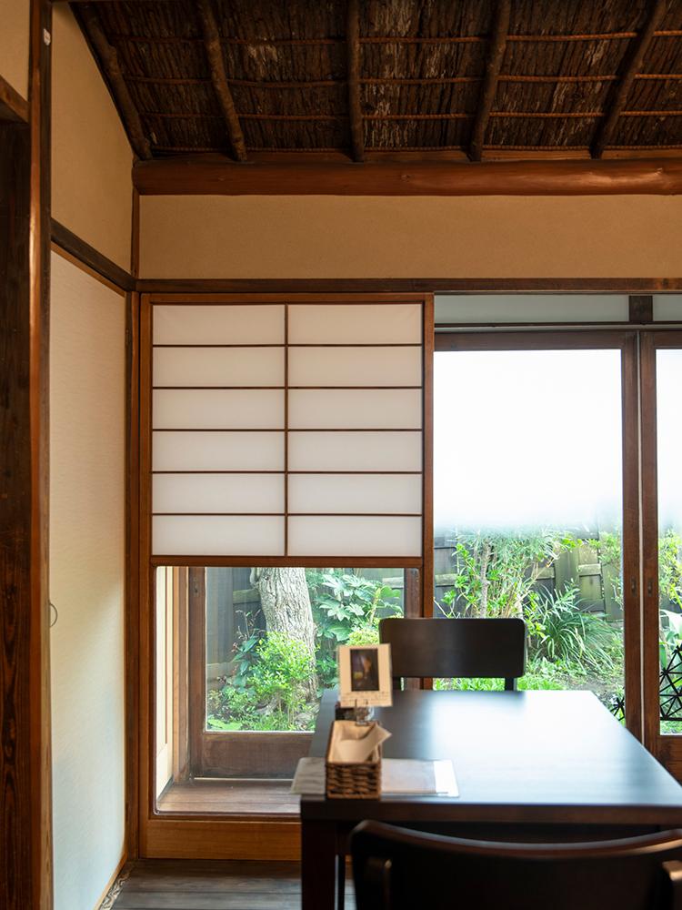 和室を改装した部屋。茶室として使われた歴史が、天井などの意匠に表れている。