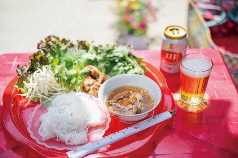 「ブンチャー つくねと焼き肉のつけ麺」1,300円。ヌクマムベースのタレに、野菜をちぎり入れ、麺をからめて食べる。ベトナムビール333は550円。