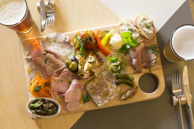 人気のシャルキュトリと前菜の盛り合わせ1,500円。「お客さんを驚かせたくて」とさらにボリュームアップ。ビールは600円~。