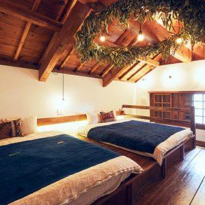 蔵の太い梁を活かした天井に飾られたユーカリの大きなリースは、葉山のDEFICREATIONの作品。穏やかな香りに癒される。