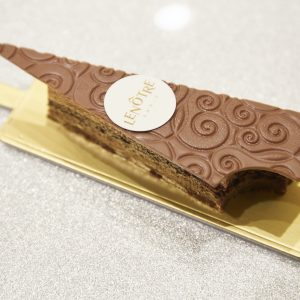 「トゥール・エッフェル・ヴォリュテ」(750円)エッフェル塔をイメージ。キャラメルとチョコレートのケーキ。日本限定。