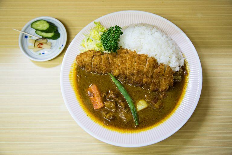 行列必至の〈アサノ〉。4日煮込んだ特製ルーと高座豚の「リッチなカツカレー」1,が人気。