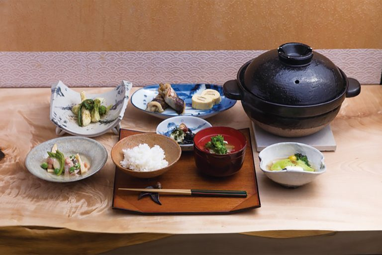 「朝ご飯」2,800円(税込)左上より時計まわりに山菜の天ぷら、カマスの八幡巻、メバルの岡部蒸し、お椀、漬物、ご飯、筍と赤貝のぬた
