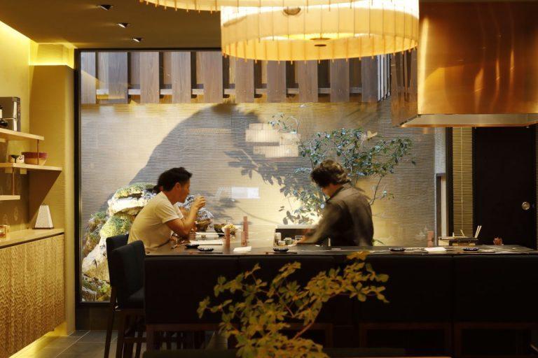 和紙を特殊加工したテーブルや友禅をあしらったカウンターが配された店内。