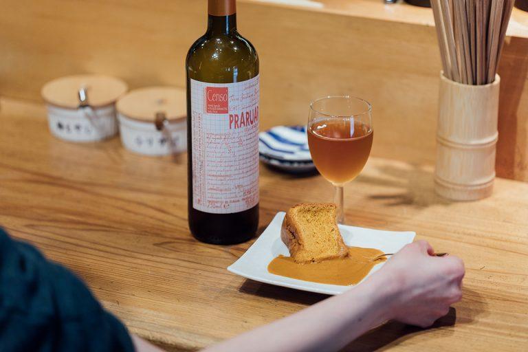 エビを練り込んだシフォンケーキに濃厚アメリケーヌソースを添えた「エビシフォン」(390円)、芳醇な「オレンジワイン」(900円)