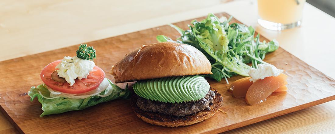 自然豊かな福岡・糟屋エリアのカフェ〈バーガートウカ〉で、素材にこだわった絶品ハンバーガーに癒されて。