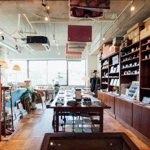 編集者兼店主の瀬口賢一さんが国内外から選んだ便せんや文具などの手紙用品がそろう。