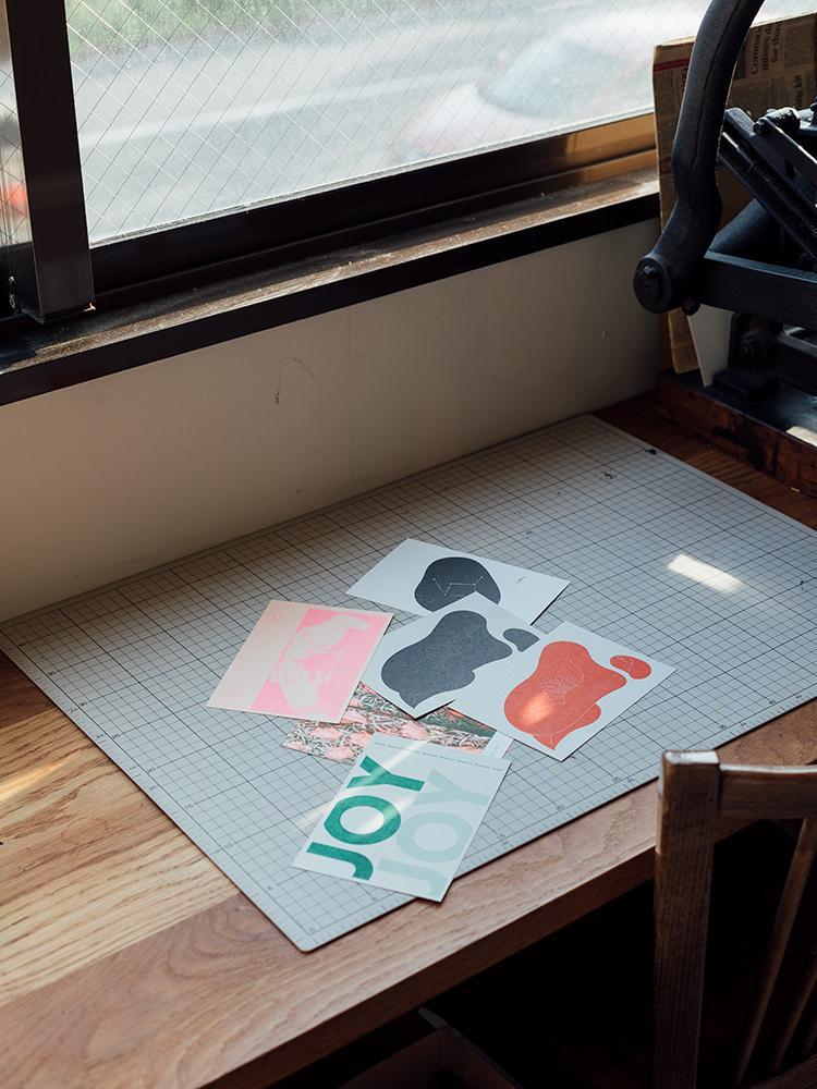 店内では物販にとどまらず、リトグラフ印刷によるオリジナルツールやアート系冊子の制作なども行う。また「手紙のじかん」という月1回のワークショップも開催中。