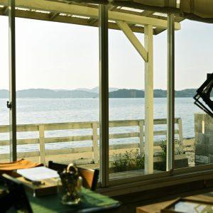 窓のすぐ外には砂浜が。絶景に魅せられて通う人も多い。