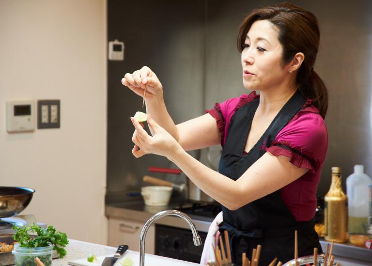 丸山さんによるデモンストレーション。食材の切り方はフィンガーフードの大事なポイントだ。「慣れたら条件反射的に切り方がわかるようになりますよ」。