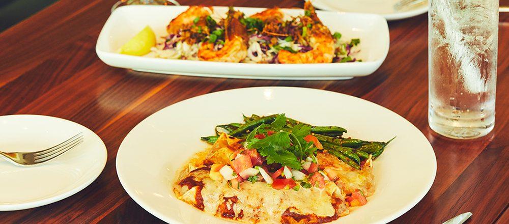 話題騒然、ホノルルのハワイ料理レストラン〈Merriman's〉へ。マグロとアボカドの絶品ポケにやみつき!