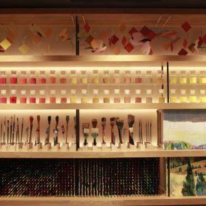 館内のアトリエライブラリー。 約2,000本の色鉛筆が並ぶアトリエライブラリーは、スケッチブックなどに自らが自在に表現できる場所。アートや建築、デザインに関わる本を収蔵する。