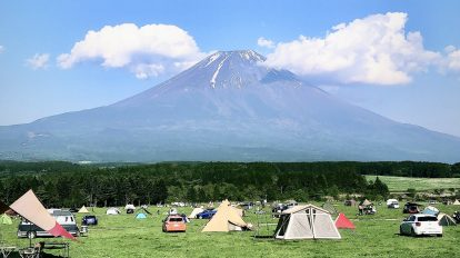 先日、夫と一緒に静岡県のキャンプ場「ふもとっぱら」へ行ってきました。テントを張って、コットでゴロゴロしたり、炭火で食事を作ったり。二人でのキャンプは初めてでしたが、気を使うことなくゆっくりできたので、とても贅沢な時間を過ごせました。平日だったのでそんなに混雑しておらず、目の前の富士山を堪能できたのも幸せです。 / ハナコラボ with いち髪 Hanako Lab. with Ichikami