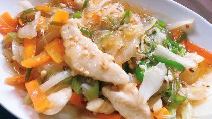 ダイエットと健康維持のために、鶏むね肉を積極的に料理に取り入れるよう心がけています。むね肉はパサパサしがちなイメージがありますが、小さめに切って片栗粉をまぶしてから焼くと、プリッとした食感になるんです!写真は、むね肉とあまりものの野菜、春雨をチリソースで炒めただけの簡単メニュー。これからもマイペースに続けていきたいです。 / ハナコラボ with いち髪 Hanako Lab. with Ichikami
