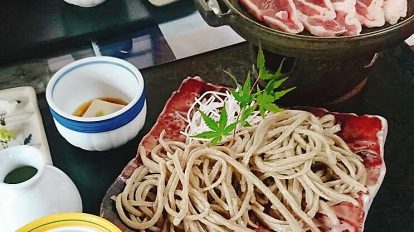 美味しい蕎麦が食べたいと思い立ってInstagramで探していたところ、茨城県つくば市・筑波山の近くにある〈手打ちそば ゐ田〉を見つけて早速行ってみました!名物の鴨汁蕎麦を注文すると、店主自ら丁寧に食べ方を教えてくれます。その教え方が独特で、まるで歌っているような話し方になんだかほっこりします。古民家風の建物も、風情があってお気に入り。 / ハナコラボ with いち髪 Hanako Lab. with Ichikami
