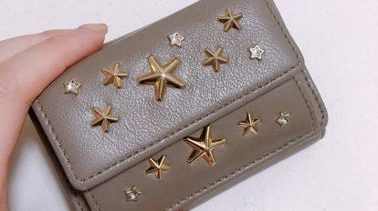 小さいカバンを持ち歩くことが増えて、コンパクトな財布が欲しいと思っていたところ、Instagramでたまたま見つけた〈ジミーチュウ〉のミニ財布。あまりにも気に入ったので、すぐに店頭へ見に行って、その場で購入しました!星のスタッズや色合い、収納ポケットがしっかりあるところがお気に入り。カラーが豊富で人と被らないのも嬉しいですね。 / ハナコラボ with いち髪 Hanako Lab. with Ichikami