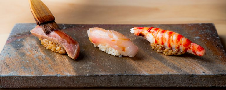 予約のとれない人気店!福岡の寿司屋〈菊鮨〉で気鋭の鮨職人が握る珠玉の一貫を。