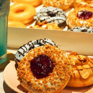 〈クリスピー・クリーム・ドーナツ〉からカラフルな期間限定「西海岸ドーナツ」が登場!