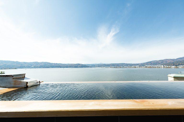 屋上の混浴展望露天風呂「綿雫」では、男女とも肌の露出が少ない湯あみ着を着用。