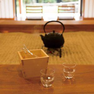 囲炉裏茶の間。20~23時は地酒バーに。