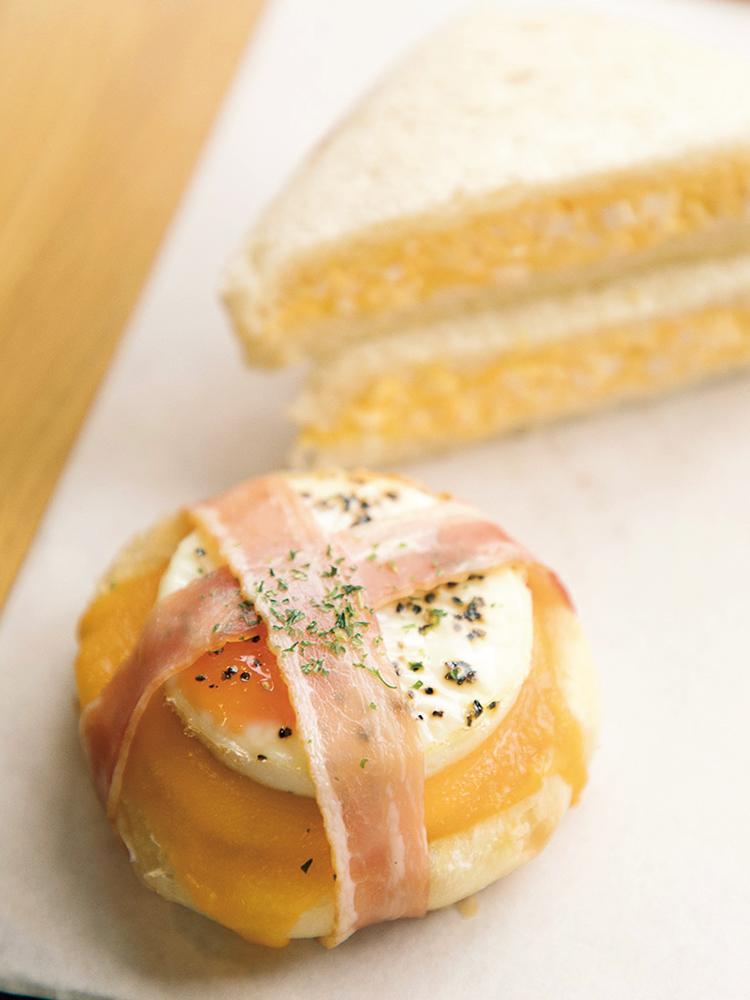 糸島の卵を使ったパン2種。手前は「ベーコンエッグ」250円、「サンドイッチ」は220円。